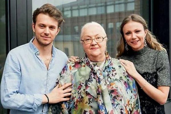 Андрей с бабушкой Екатериной Градовой и мамой Марией Мироновой