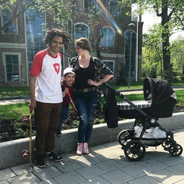 Энтони Род с женой и детьми