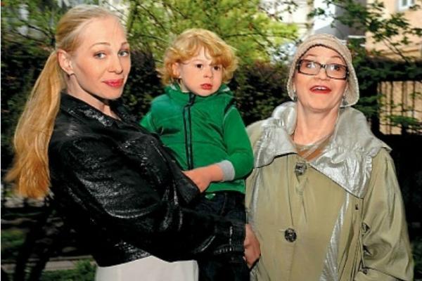 Олеся Рудакова с мамой и сыном