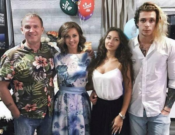 Василий Рыбин с родителями и своей девушкой Дарьей