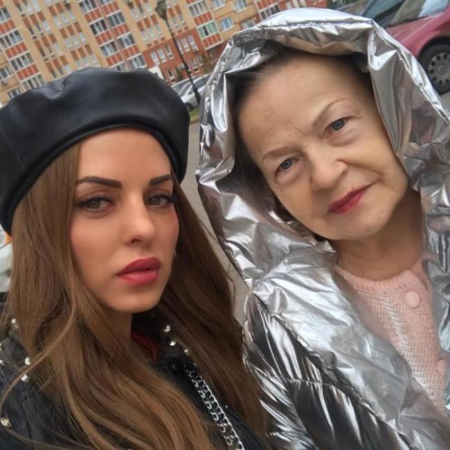 Юлия Ефременкова с бабушкой