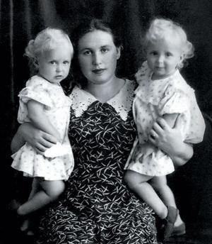 Сестры Зайцевы с мамой
