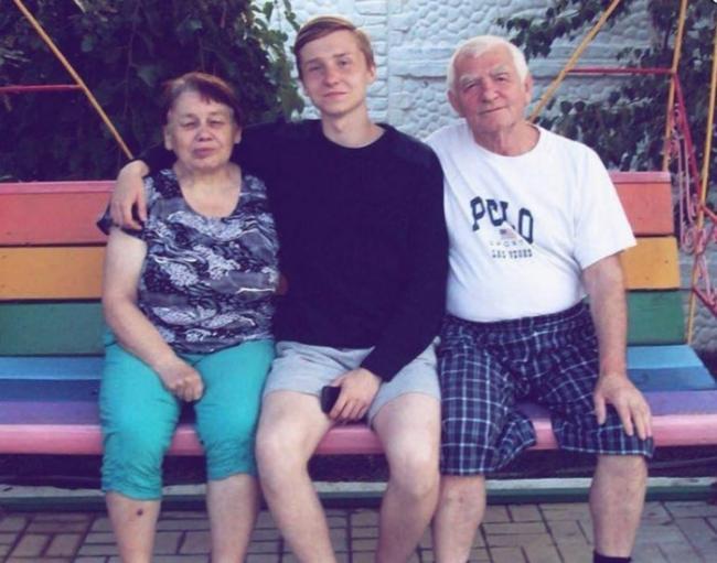 Егор Натс с родителями