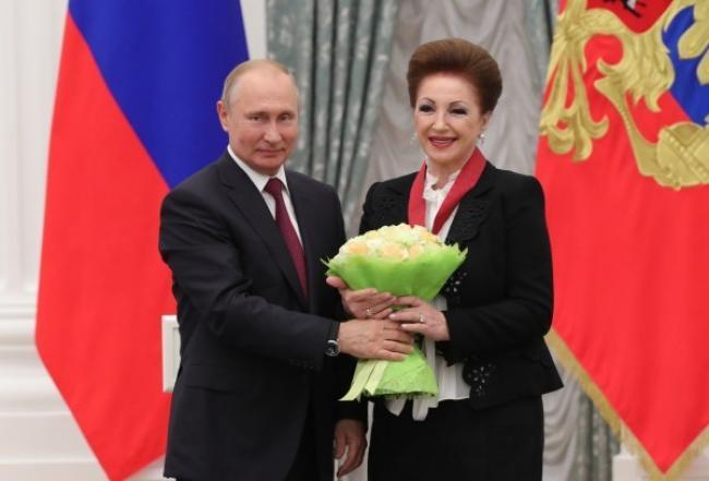 Вручение награды Лейле Адамян