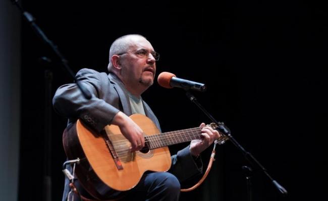 Борис Надеждин с гитарой