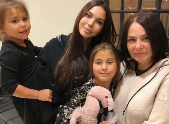 Оксана Самойлова с мамой и детьми