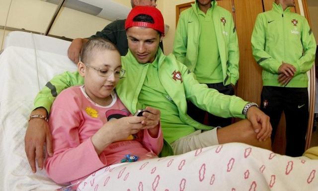 Роналду помогает больным детям