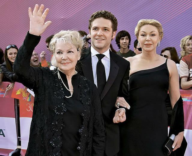 Константин Крюков с бабушкой и мамой
