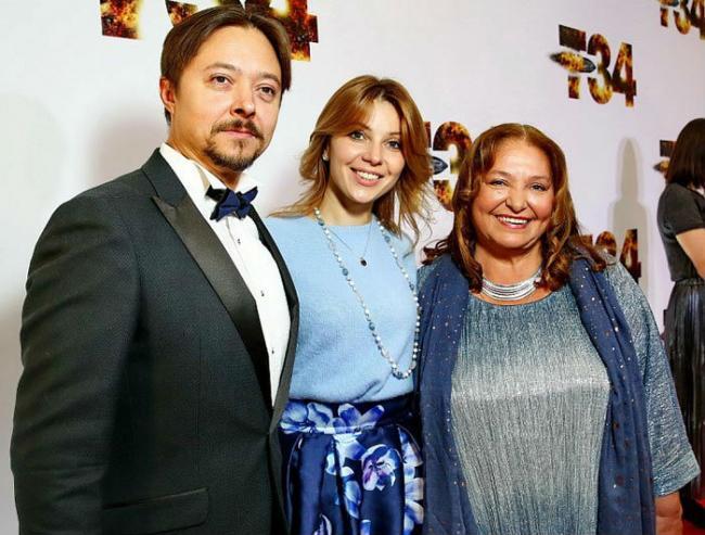 Наталья Бондарчук с сыном и невесткой