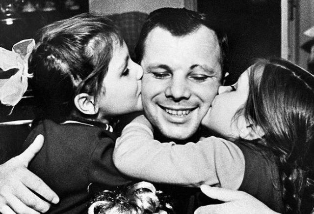 Юрий Гагарин с дочками
