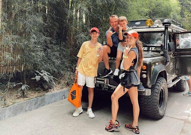 Сивов с супругой и своими детьми на отдыхе