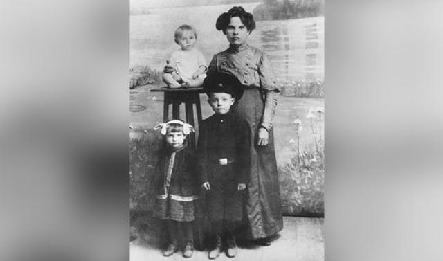 Леонид Брежнев с матерью и младшими братом и сестрой