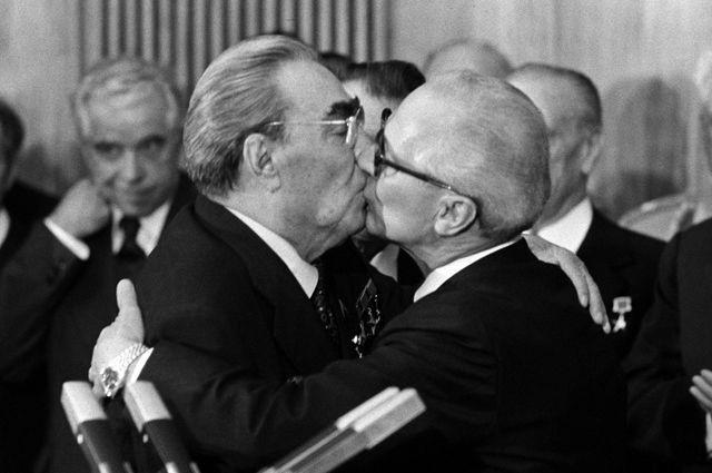 Брежневский поцелуй