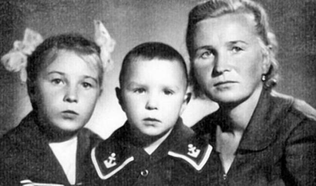 Гарик Сукачев с мамой и сестрой