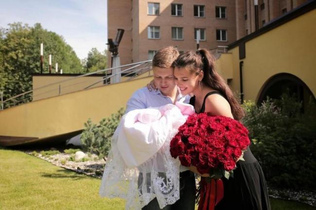 Элла Суханова с мужем и дочерью