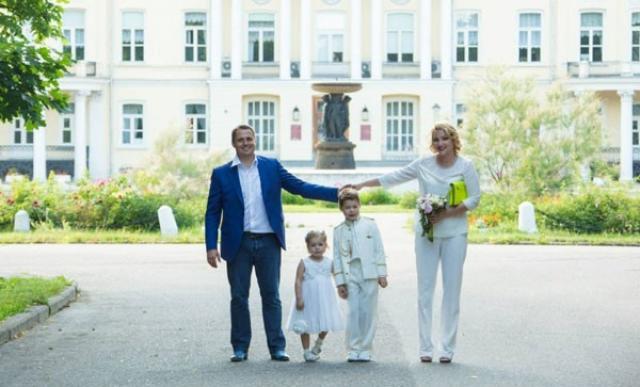 Оскар Хартманн с женой и детьми