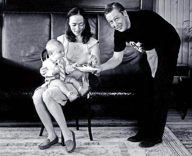 Софья Кругликова и Михаил Ефремов с дочкой