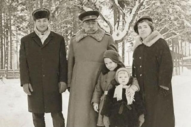 Анастасия Буденная с дедом и родителями в детстве
