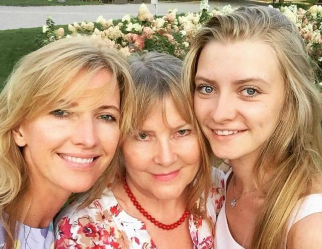 Жена и дочь Валерия Сюткина с бабушкой
