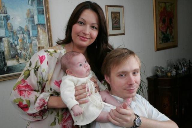 Александр и Ангелина Масляковы с маленькой дочерью