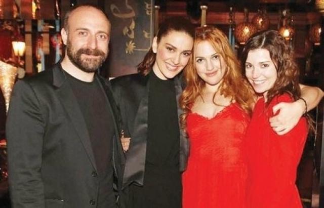 Халит Эргенч с женой и актрисами «Великолепного века»