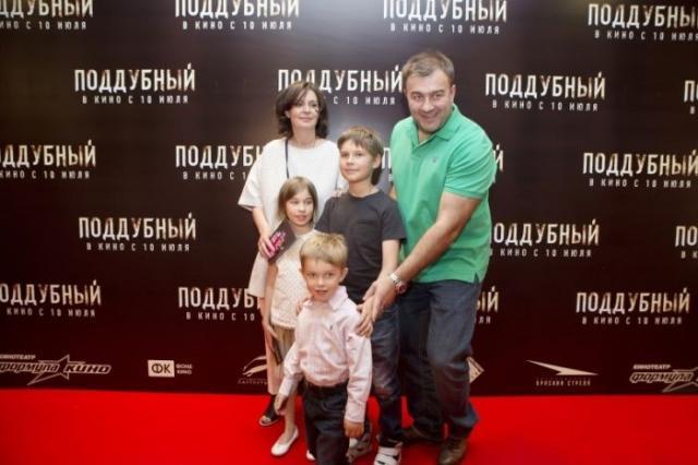 Михаил и Ольга Пореченковы с тремя детьми
