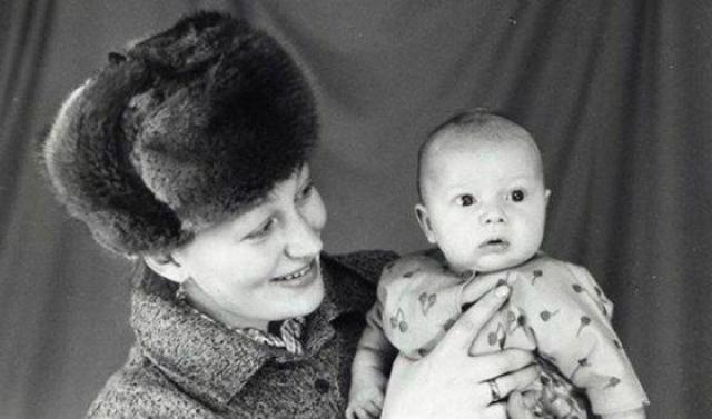 Петр Рыков в детстве с мамой