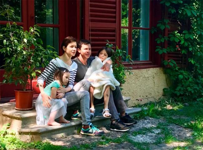 Павел Деревянко с женой и детьми