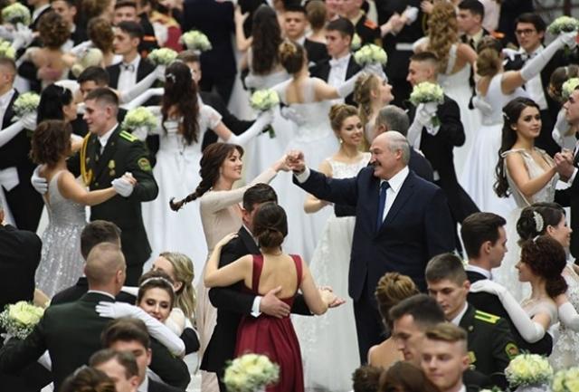 Лукашенко танцует с Полиной Шубой