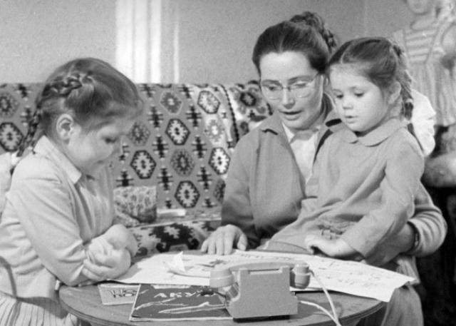 Жена Гагарина с дочками