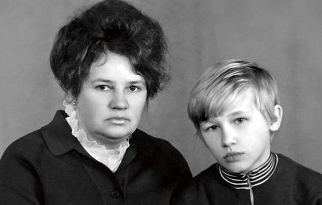 Олег Фомин в детстве с мамой