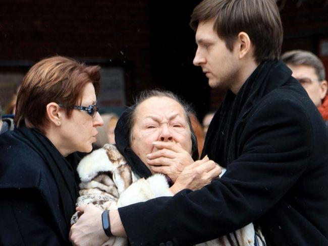 Раиса Рязанова на похоронах сына