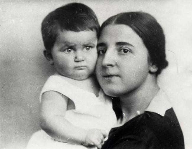 Светлана Аллилуева в детстве с матерью