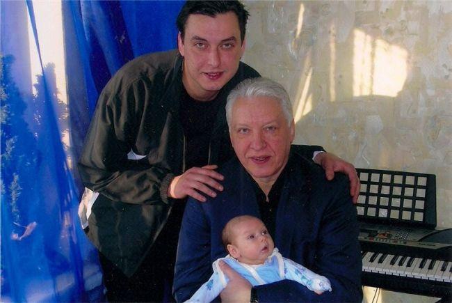Александр Морозов с сыном и внуком