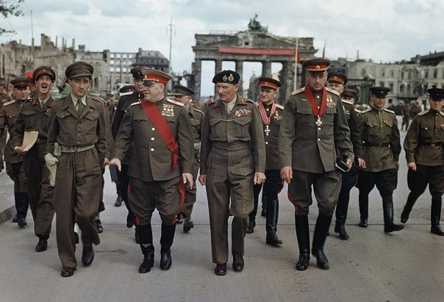 Жуков с союзниками у Бранденбургских ворот Берлина