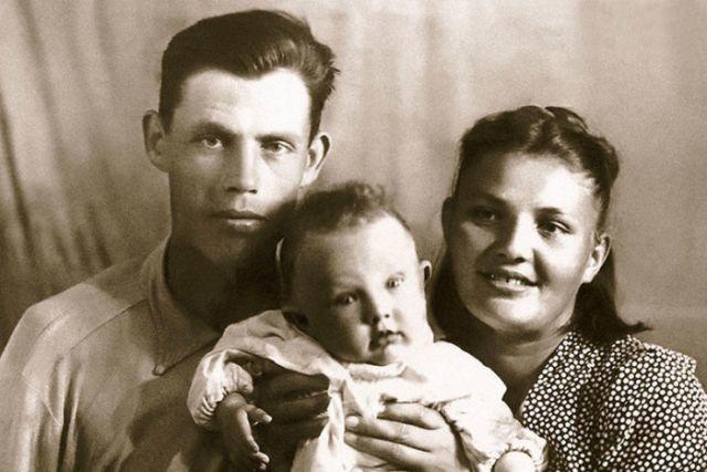 Маленький Валерий Хлевинский с мамой и папой