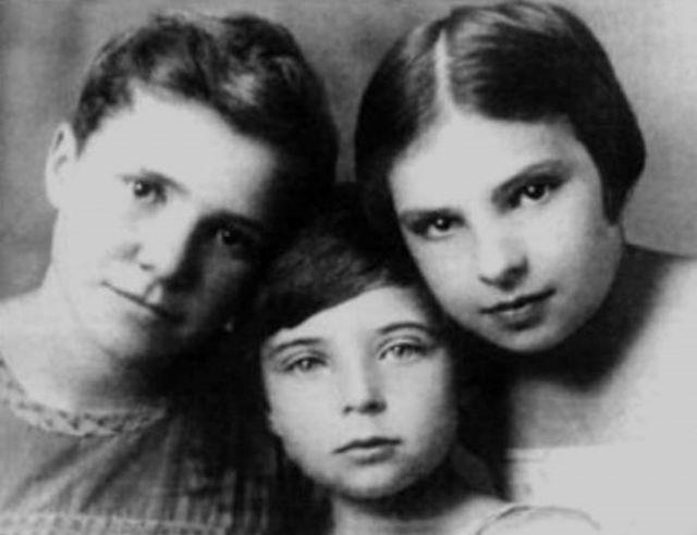 Ольга Аросева в детстве с сестрами