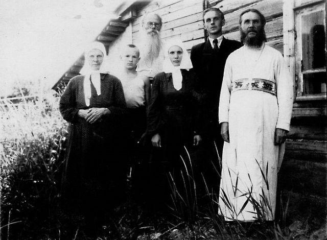Алексей Осипов в детстве с родными и отцом Никоном