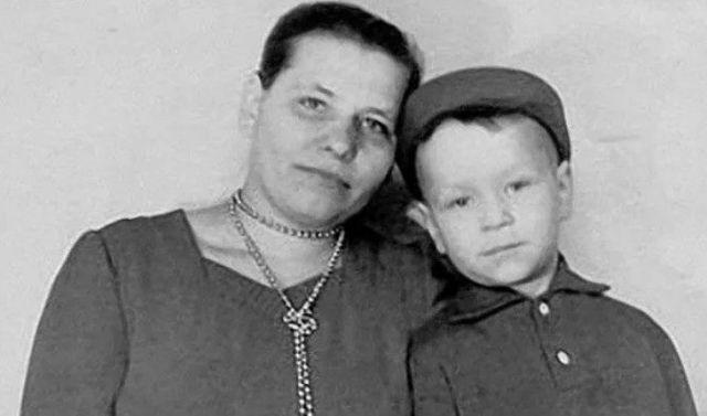 Валерий Кипелов с мамой в детстве